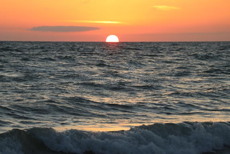 Solnedgång på stränderna på Johns passerande Florida arkivfoton