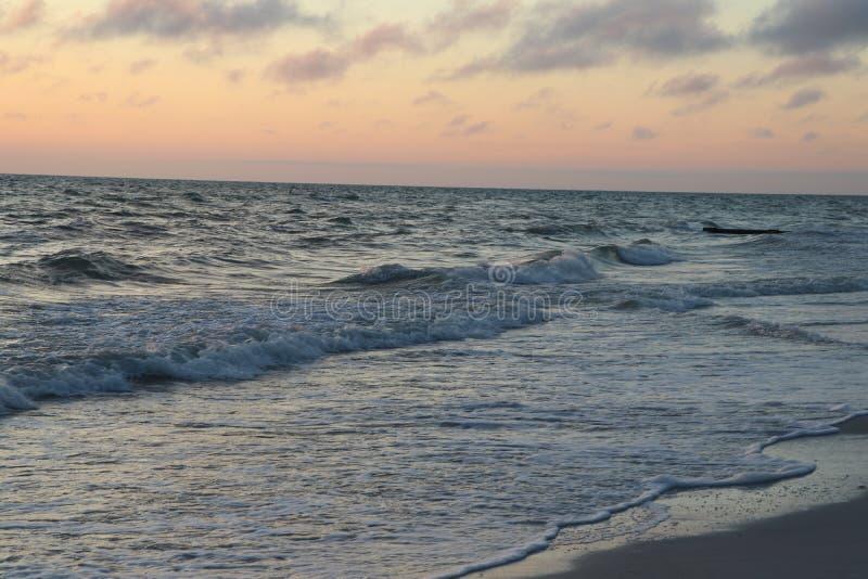 Solnedgång på stränderna på Johns passerande Florida fotografering för bildbyråer