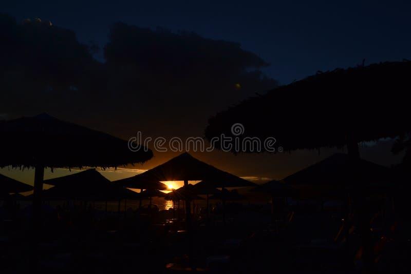 Solnedgång på stranden royaltyfri fotografi