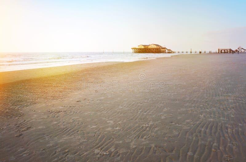 Solnedgång på stranden royaltyfria bilder