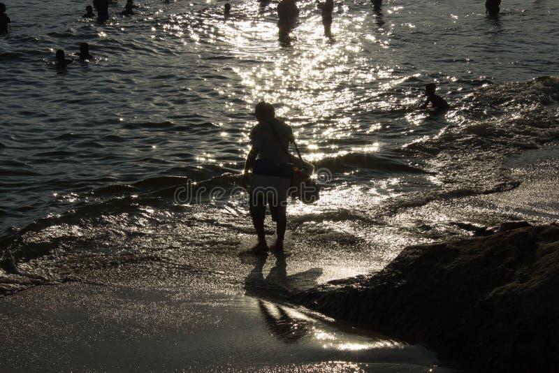 Solnedgång på stranden av Arpoador i staden av Rio de Janeiro Brasilien royaltyfria foton