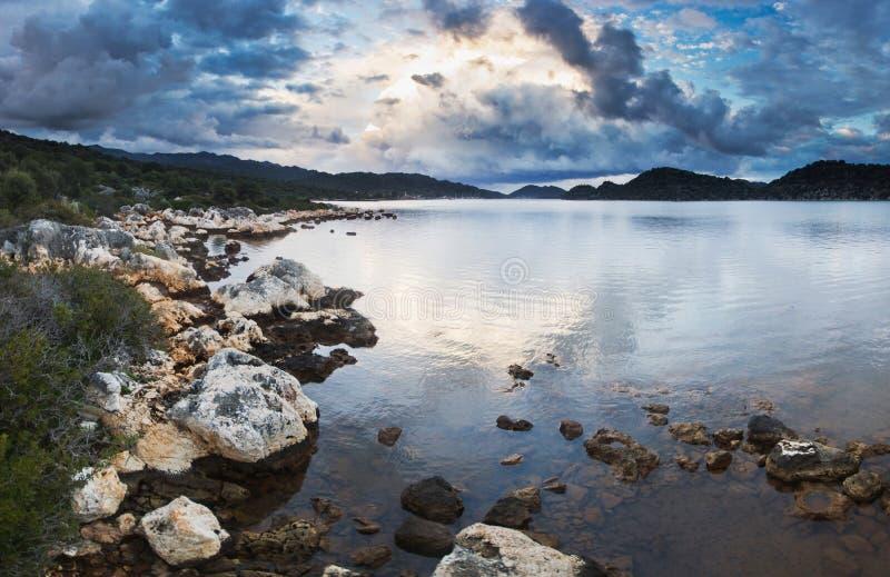 Solnedgång på stranden av medelhavet med stort royaltyfria bilder
