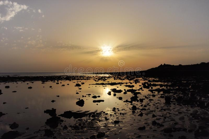Solnedgång på stranden av Sajorami royaltyfri bild