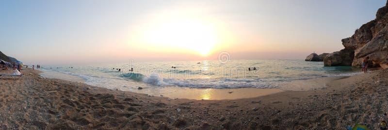 Solnedgång på stranden - det Ionian havet - Kathisma strand arkivbilder