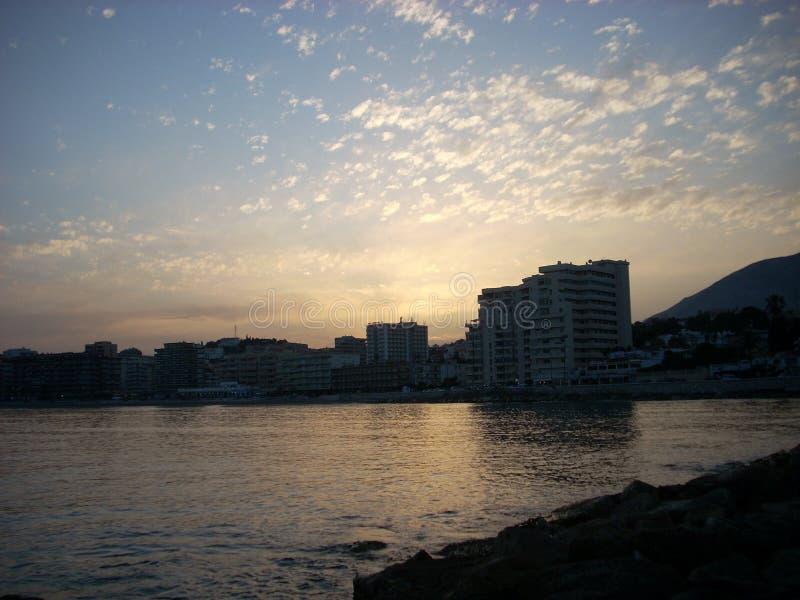 Solnedgång på stranden i Fuengirola Malaga fotografering för bildbyråer