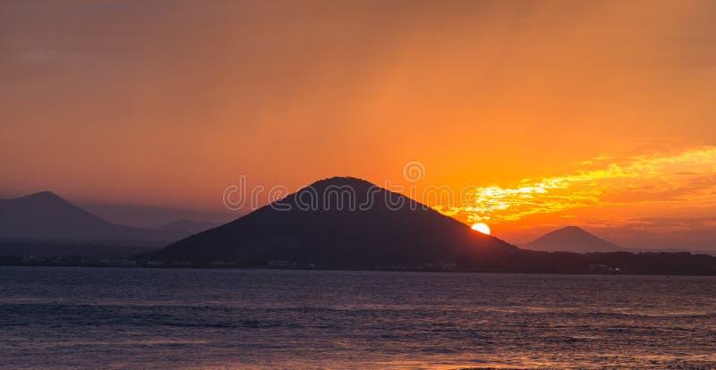 Solnedgång på stranden med härlig himmel, naturlandskap arkivfoton