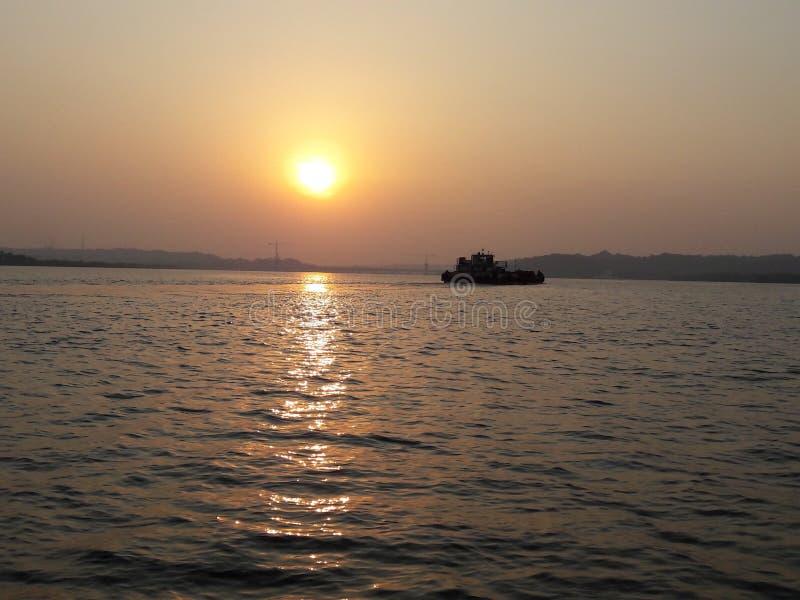 Solnedgång på strandgoaen royaltyfria foton