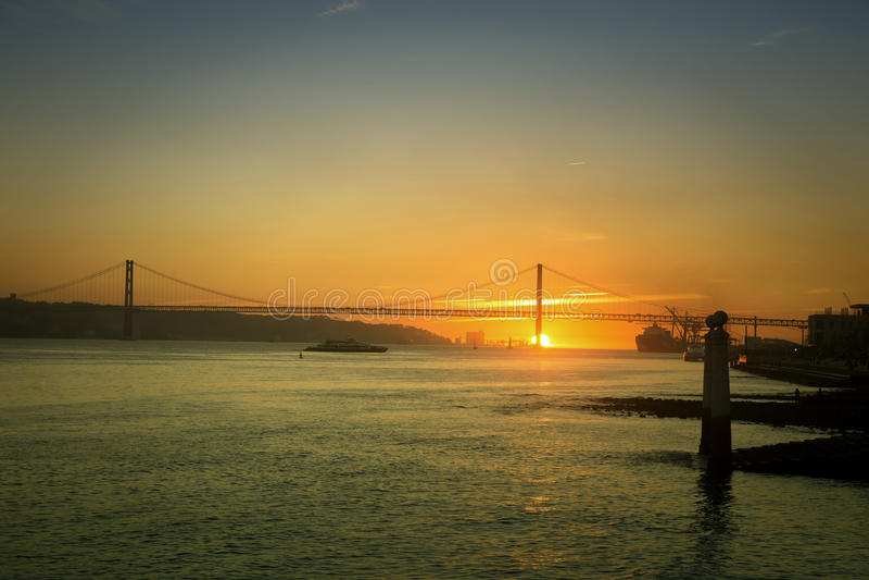 Solnedgång på Tagus River i Lissabon royaltyfria foton