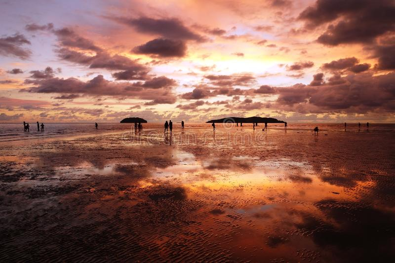 Solnedgång på Tanjung Aru - Kota Kinabalu, Sabah arkivbild