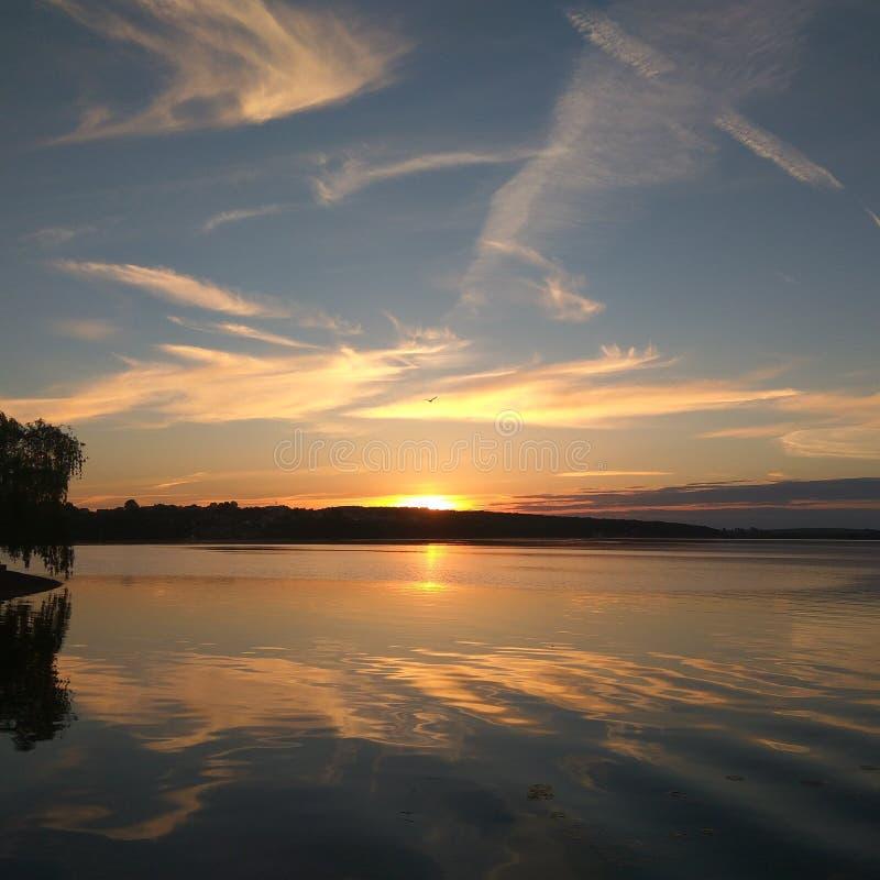 Solnedgång på Ternopils sjön royaltyfri foto