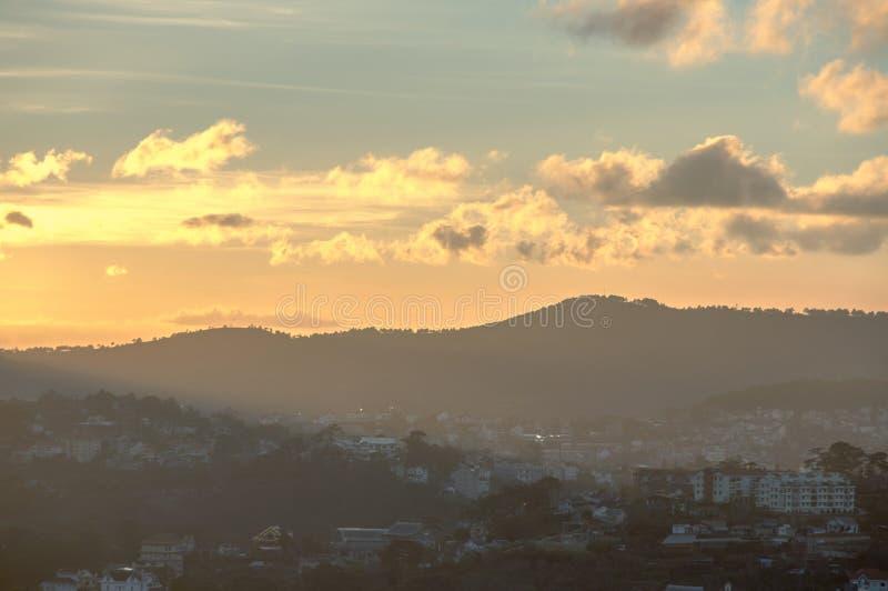 Solnedgång på townen arkivfoton