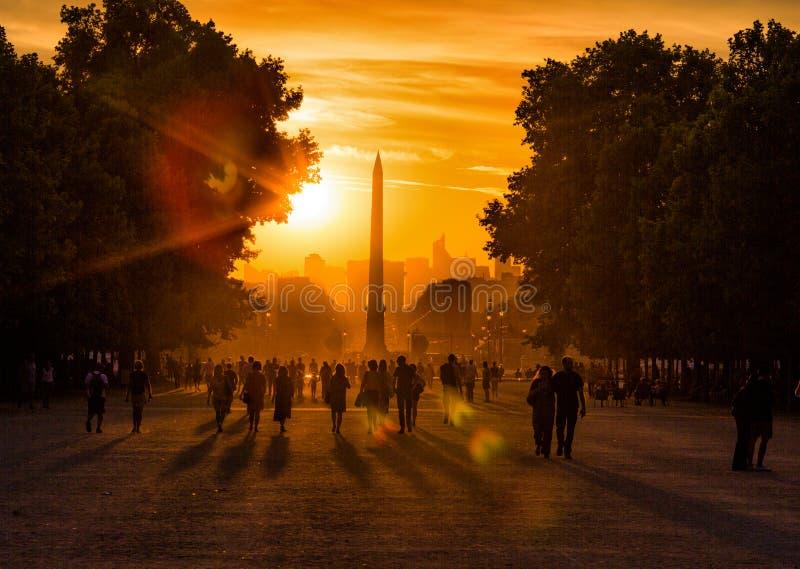 Solnedgång på Tuileries trädgårdar, Paris royaltyfri foto