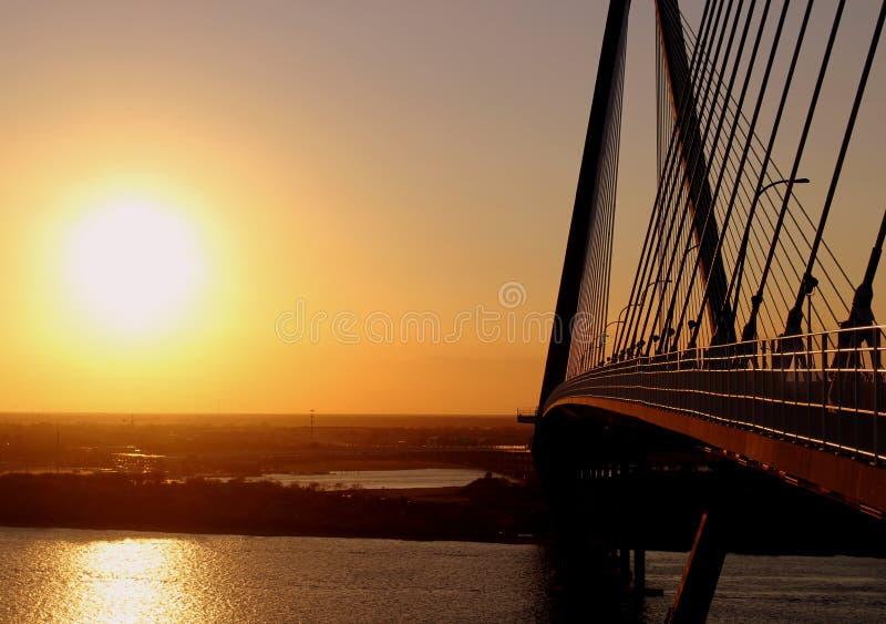 Solnedgång på tunnbindaren River Bridge i charlestonen, SC royaltyfria foton