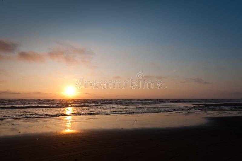Solnedgång på uddeutkik royaltyfria bilder