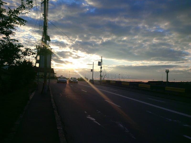 Solnedgång på vägen i Cluj-Napoca royaltyfria foton