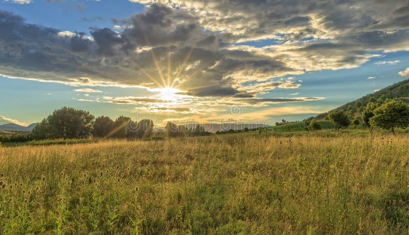 Solnedgång på vägen till Santiago till och med Navarra fotografering för bildbyråer