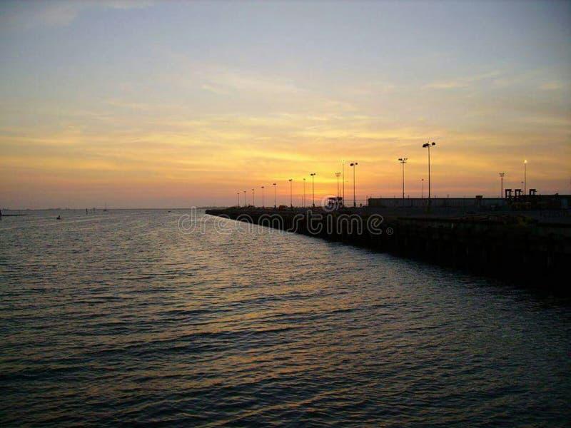 Solnedgång på vattnet arkivbilder