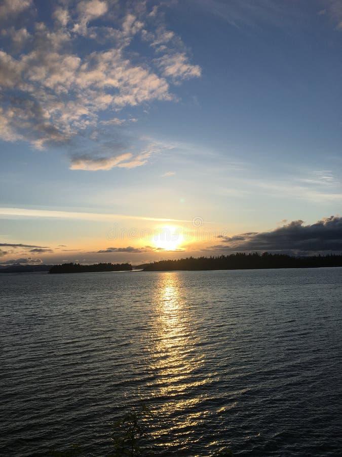 Solnedgång på vattnet royaltyfri foto