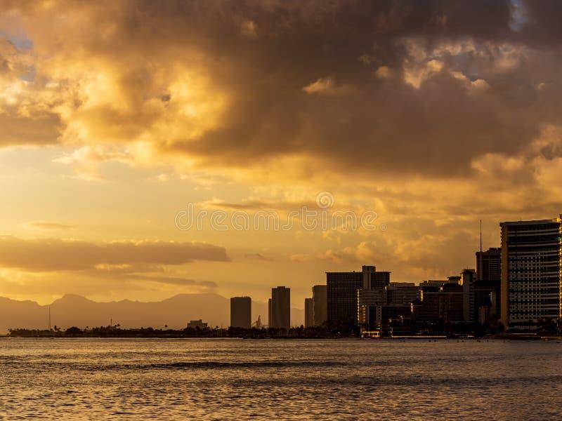 Solnedgång på Waikiki i Honolulu arkivfoton