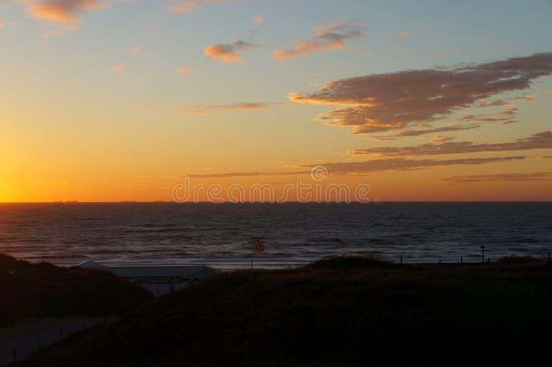Solnedgång på Wijk den aan Zee stranden royaltyfria foton