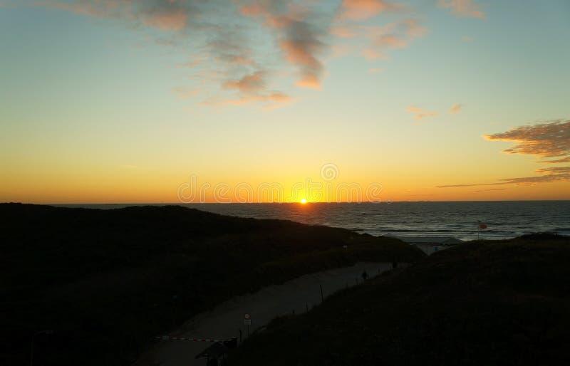 Solnedgång på Wijk den aan Zee stranden royaltyfri fotografi