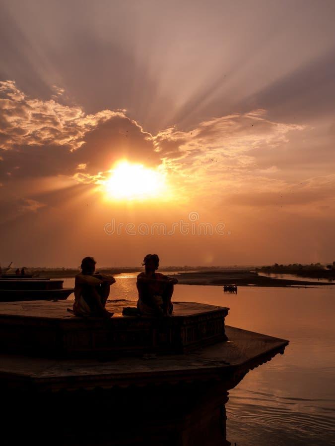 Solnedgång på Yamunaen royaltyfri foto
