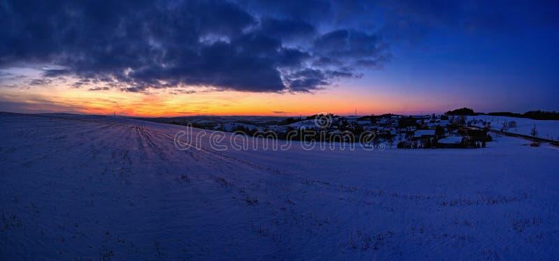 Solnedgång - panoramafoto Den härliga vintern landscape Höglands- - Tjeckien fotografering för bildbyråer
