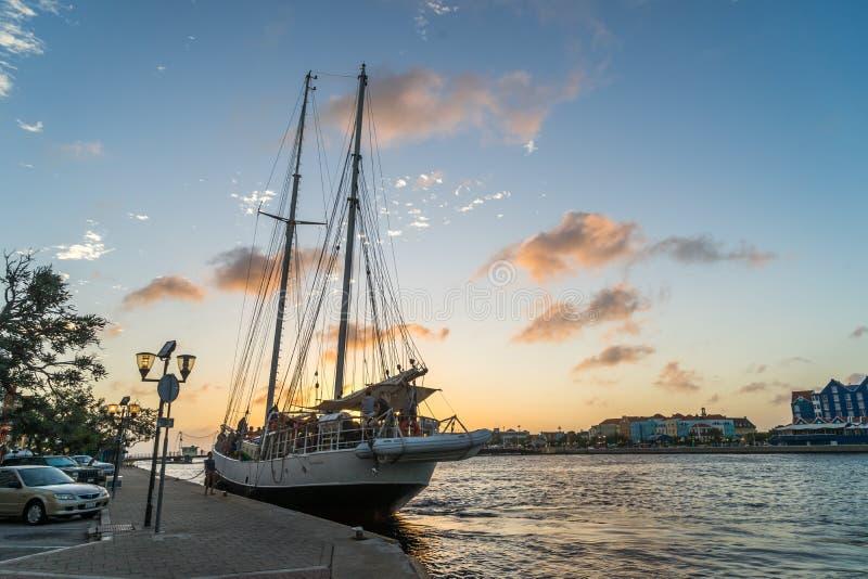 Solnedgång runt om den sväva bron och det högväxta skeppet - punda arkivbilder