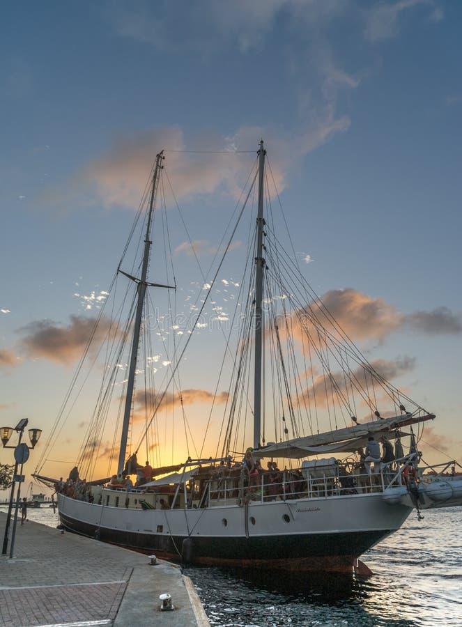 Solnedgång runt om den sväva bron och det högväxta skeppet - punda arkivbild