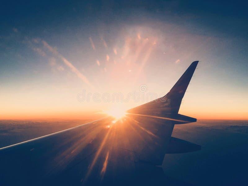 Solnedgång sett fönster att hyvla royaltyfria foton