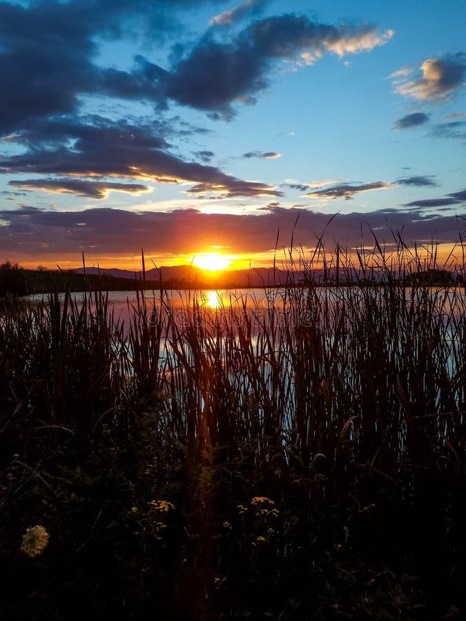 Solnedgång sjö någonstans i Slovakien royaltyfria bilder
