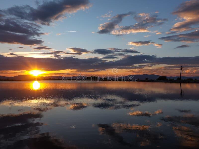 Solnedgång sjö någonstans i Slovakien fotografering för bildbyråer