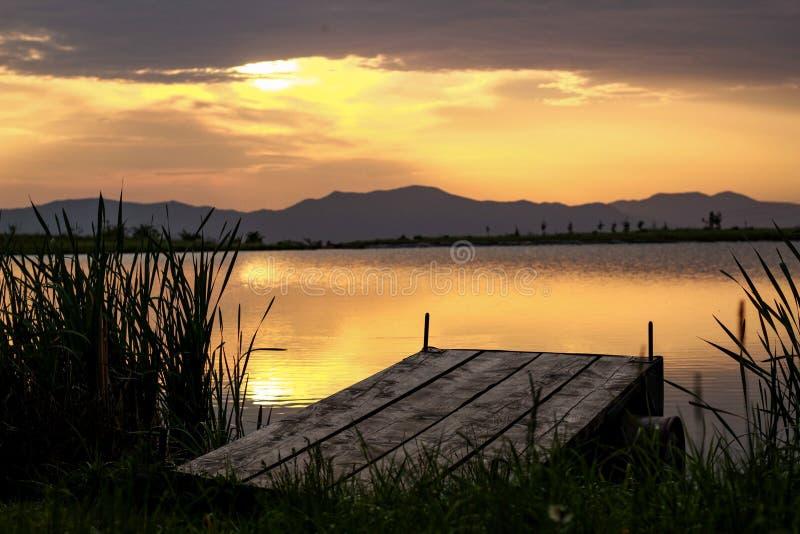 Solnedgång sjö någonstans i Slovakien arkivbild