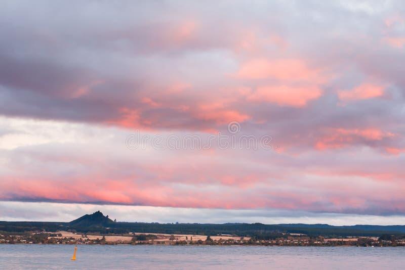 Solnedgång sjö Taupo Nya Zeeland royaltyfri fotografi