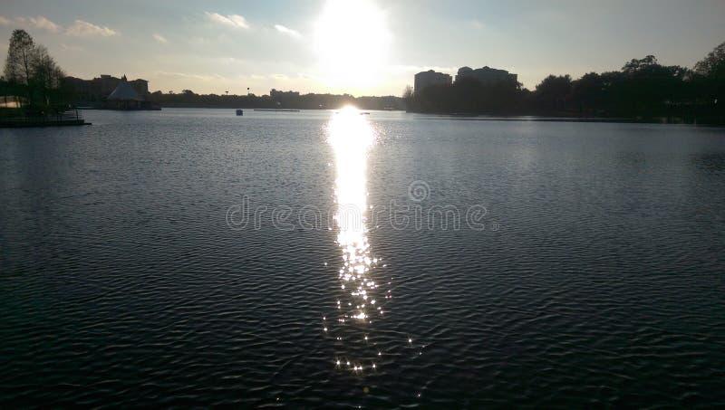 Solnedgång sjösikt arkivbilder