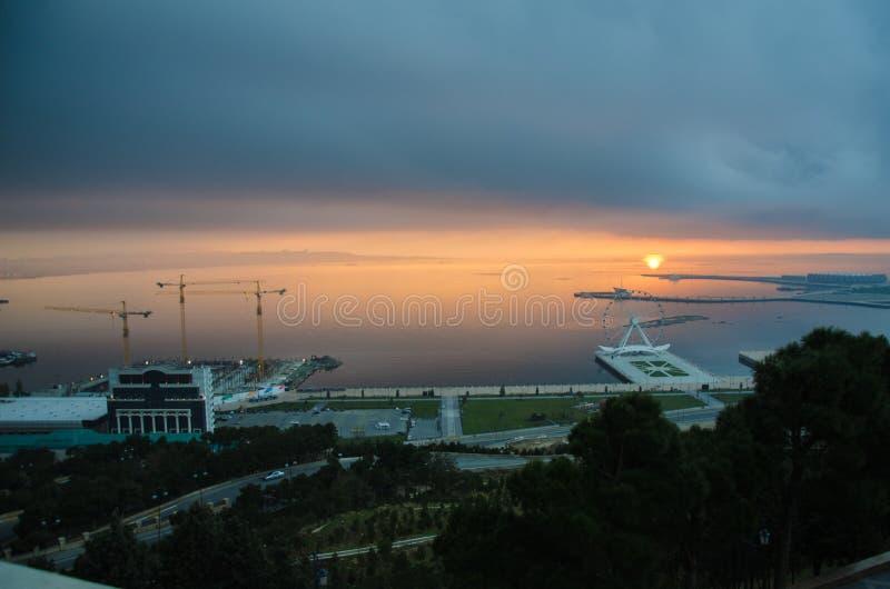 Solnedgång Solen går ut på kanten av Kaspiska havet Fantastisk sikt av det klara havslandskapet med molnig himmel som solar för e royaltyfria bilder