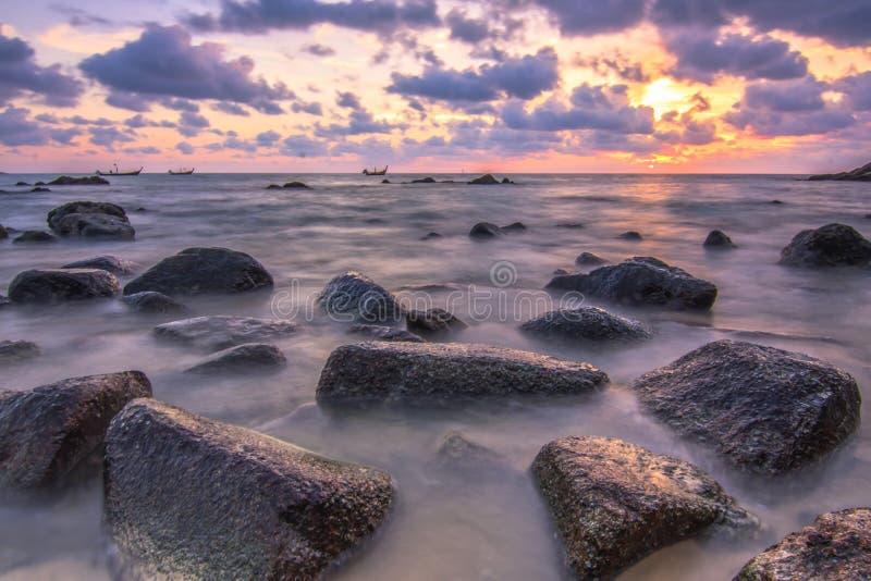 Solnedgång som är slät på andamanhavet arkivfoton