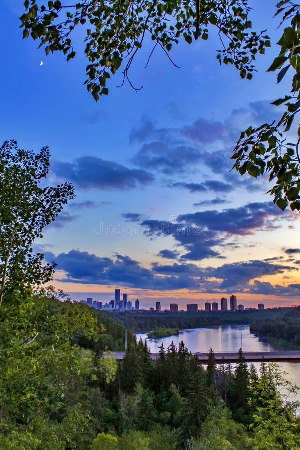 Solnedgång som bleknar över floden royaltyfri fotografi