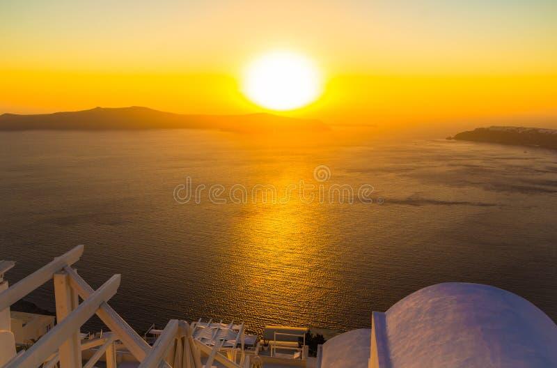 Solnedgång som förbiser calderaen, Imerovigli, Santorini ö, Grekland arkivfoton