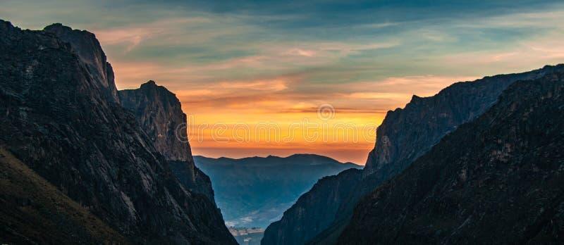 Solnedgång som igenom ses dalen royaltyfri foto