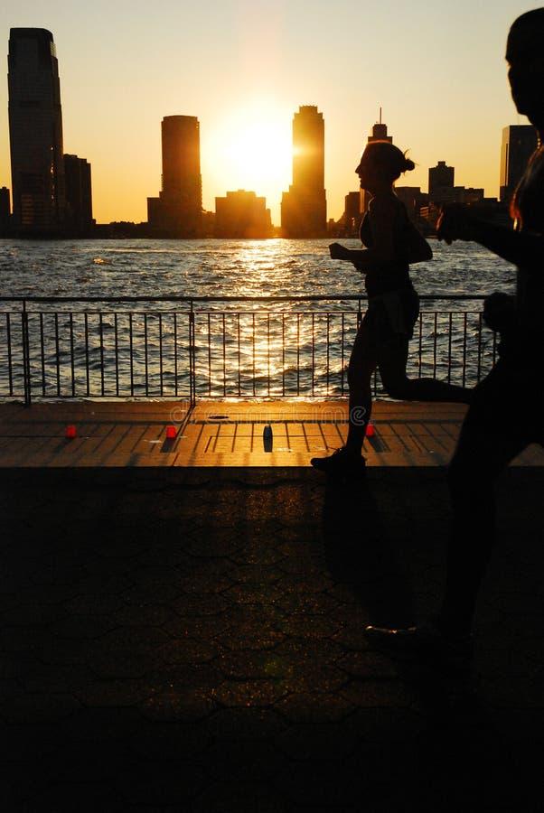 Solnedgång som körs längs Hudsonen royaltyfri bild