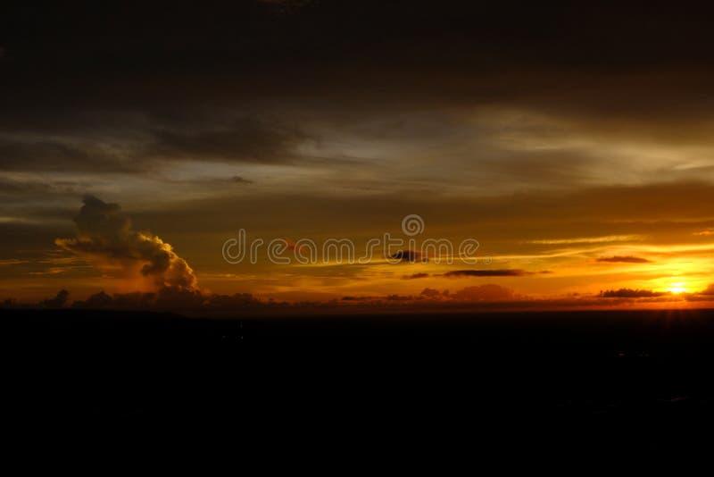 Solnedgång som presenterar himmel royaltyfri fotografi
