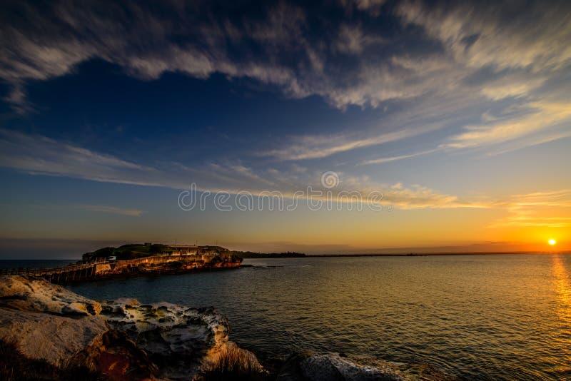 Solnedgång som presenterar himmel och moln royaltyfri foto