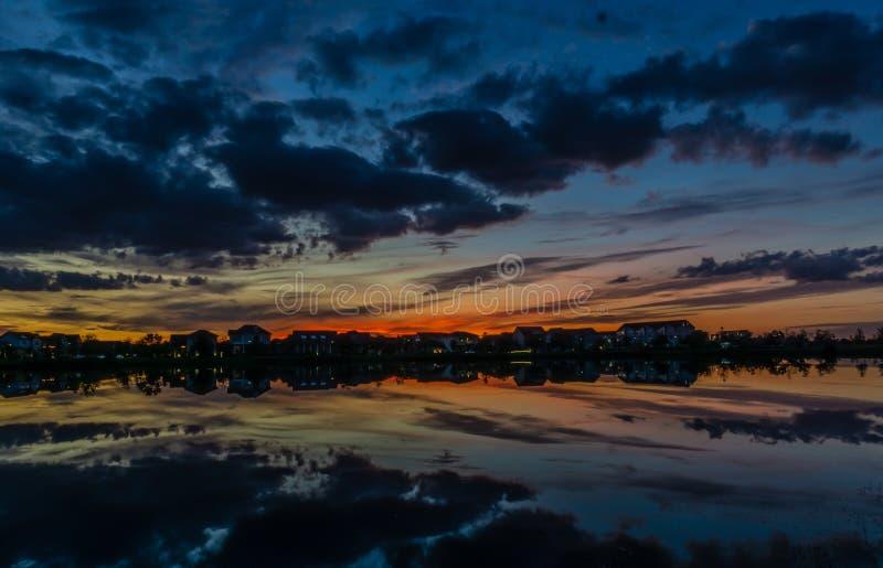 Solnedgång som reflekterar på en sjö i Florida arkivbild
