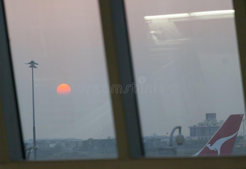 Solnedgång som ses från den Bankgok flygplatsen fotografering för bildbyråer