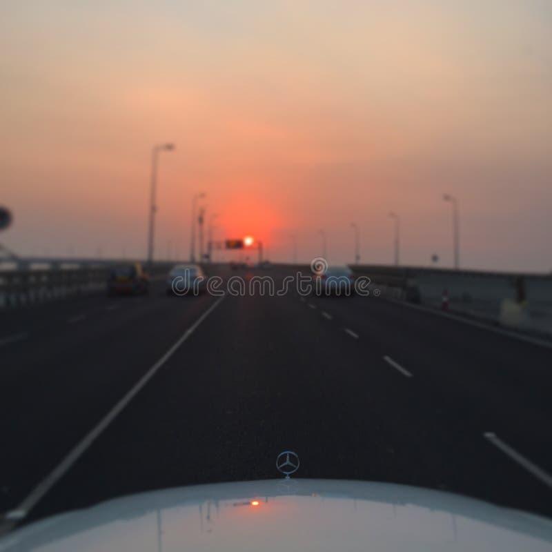 Solnedgång som sett från en Benz royaltyfri bild