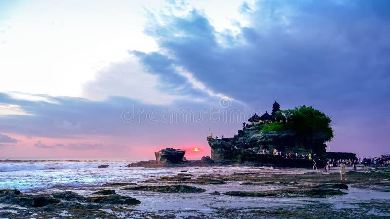 Solnedgång som skjutas på lågvatten av tanahlotttemplet, bali royaltyfri bild
