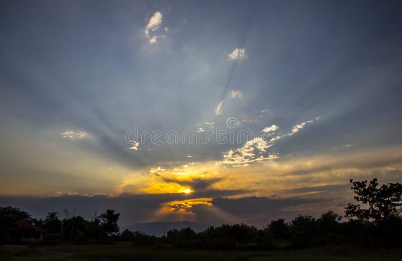 Solnedgång som solen skiner i den naturliga skönheten arkivfoton