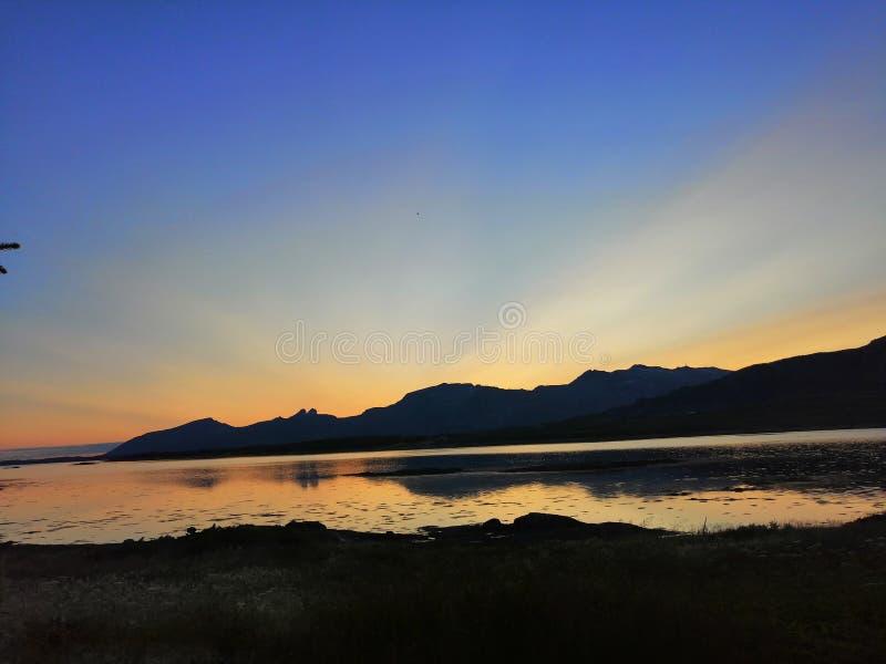 Solnedgång som stiger genom hela himlen fotografering för bildbyråer