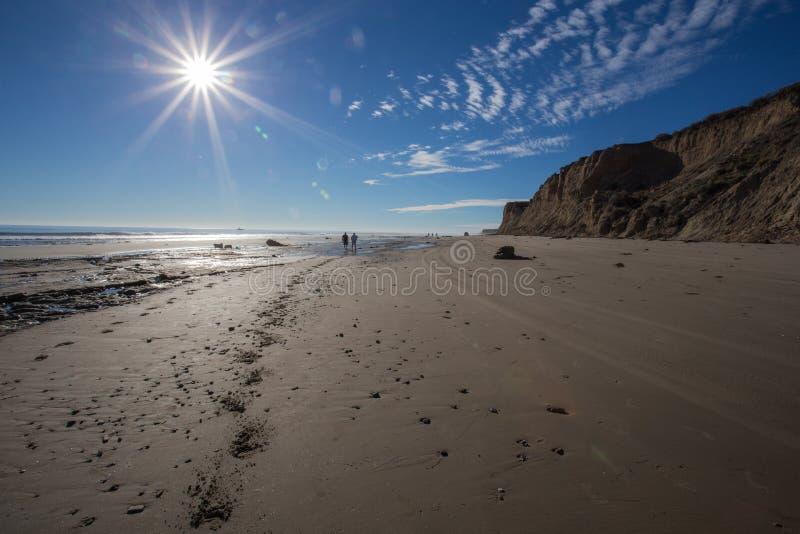 Solnedgång som waliking på stranden arkivbild